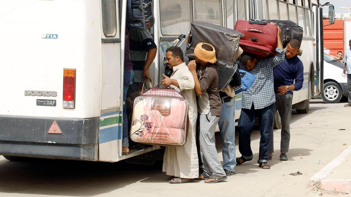 مصريون عبروا من ليبيا الى تونس للعودة الى مصر