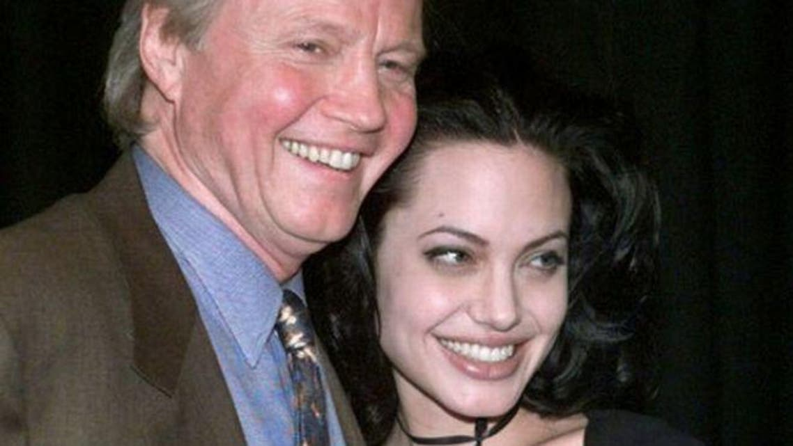 Jon Voight posing with his daughter, Angelina Jolie in 2000. (Reuters)