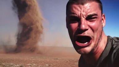 """فيديو يحبس الأنفاس.. شاب يأخذ """"سيلفي"""" مع إعصار"""