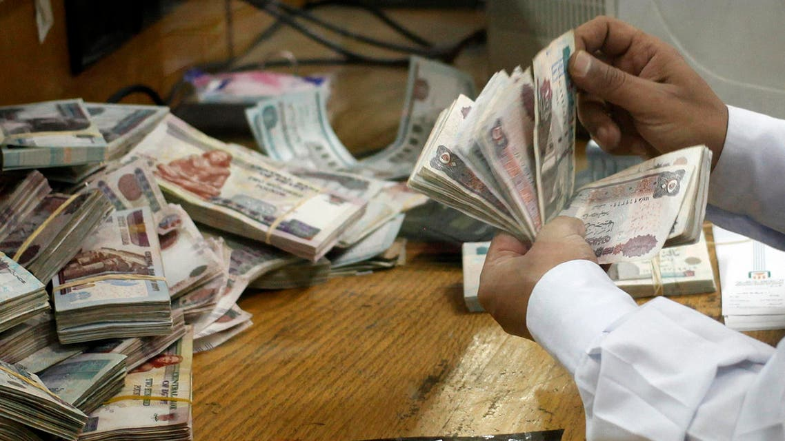 An employee counts money at a bank in Cairo September 4, 2014. (Reuters)
