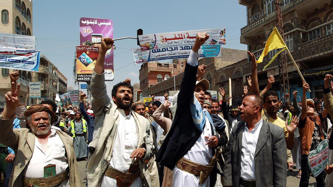 Yemeni Shiite Huthi anti-government demonstrators shout slogans during a demonstration near the government headquarters in Sanaa on September 9, 2014. (AFP)