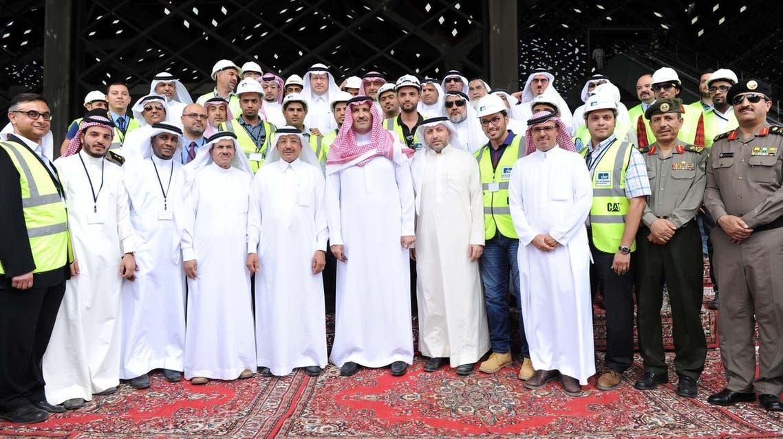 أمير المدينة المنورة مع عدد من المسئولين على قطار المنطقة