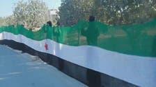 نساء إدلب يرفعن أكبر علم للثورة السورية