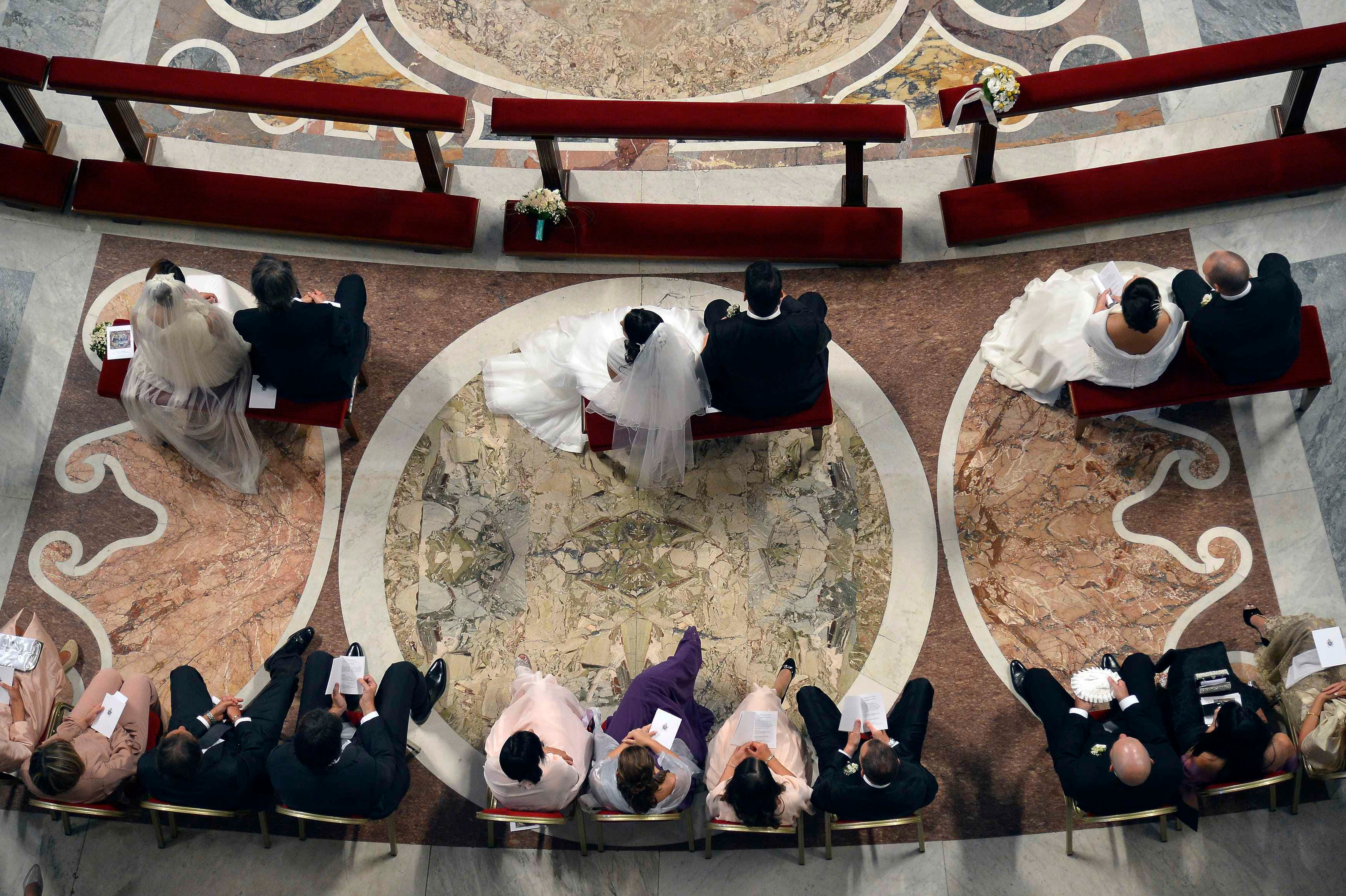 Pope Francis officiated a mass at the wedding of 20 couples in St.Peter's Basilica at the Vatican, September 14, 2014. (Reuters)
