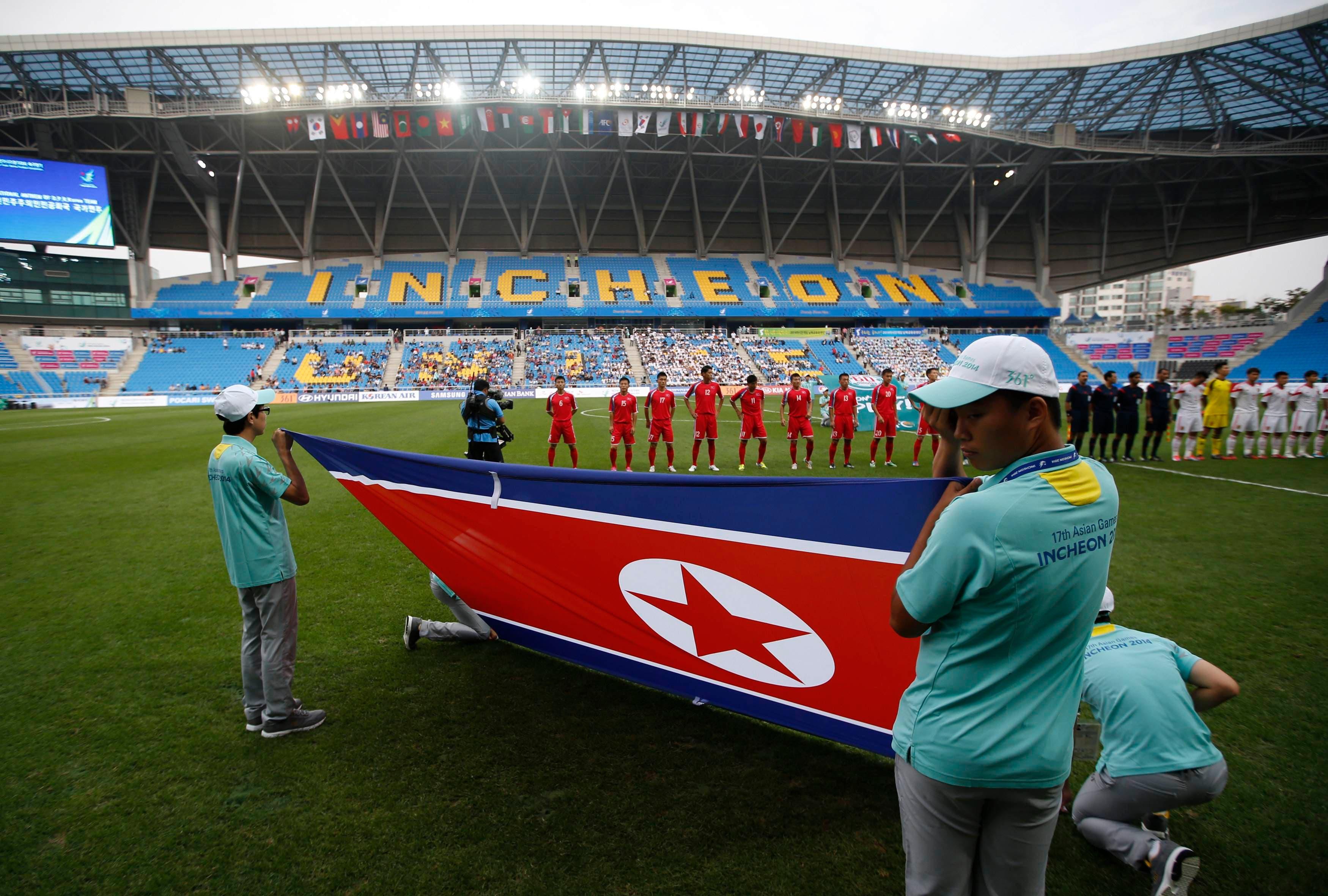 الكوريون الجنوبيون يحملون علم الشماليون.. كرة القدم تذيب الخلاف