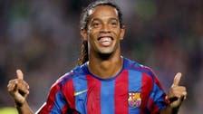 Video: Ronaldinho signs autograph during Mexico match