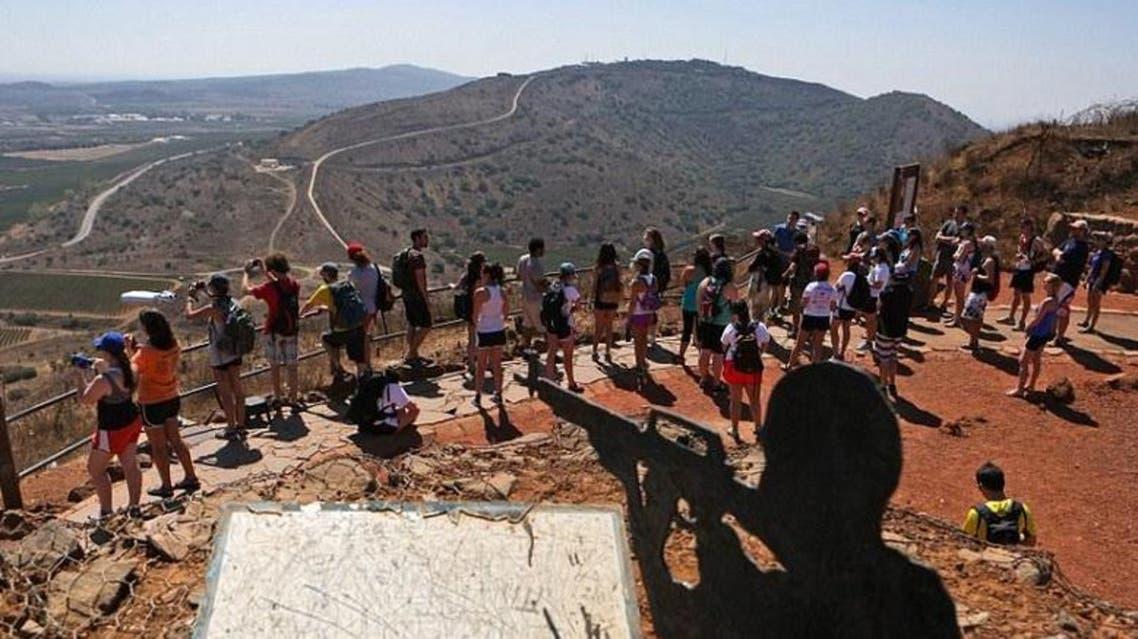 اسرائيليون في الجولان المحتل يشاهدون المعارك قرب القنيطرة بين قوات النظام السوري والمعارضة