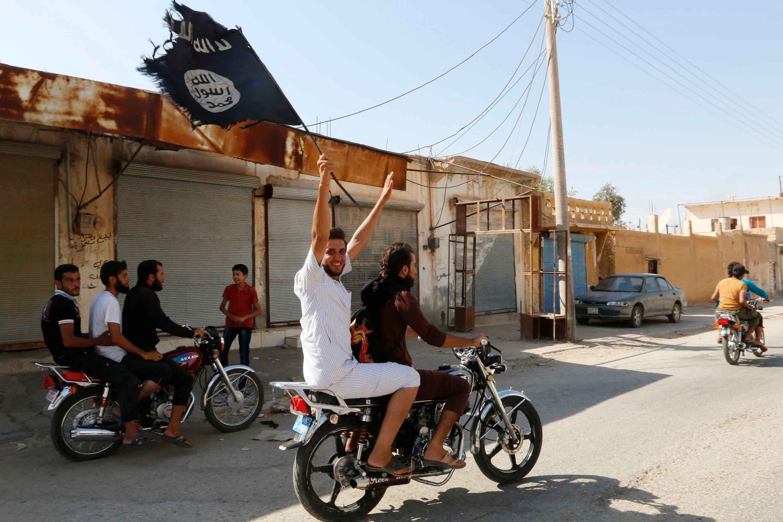 عناصر من تنظيم داعش في الرقة(أرشيفية- رويترز)