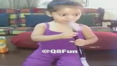 فيديو مزعج.. طفلة تدخن الشيشة ووالدتها تصور