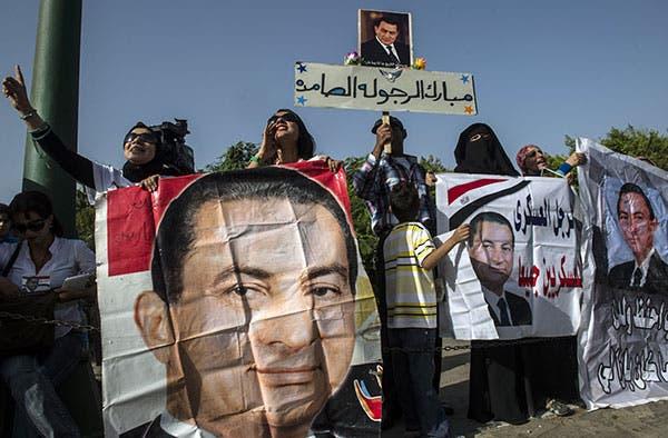 انصار مبارك امام مقر المحكمة
