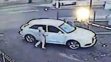 فيديو مذهل.. سيدة تستميت لاسترجاع سيارتها من لص