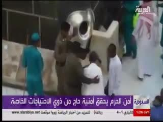 THUMBNAIL75x50_Hajj police help man with special needs kiss Kaaba's black stone
