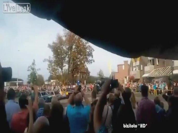 ویدیو...انحراف خودروی غول پیکر و ورود آن به میان تماشاچیان