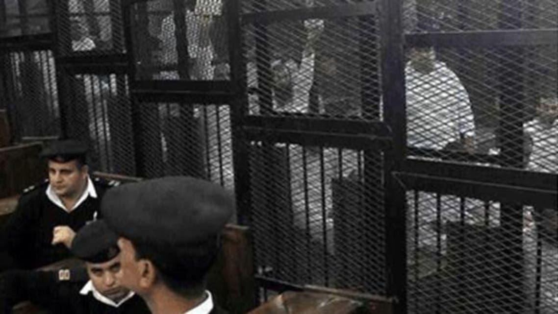 اخوان المسلمون کے کارکنان قاہرہ کی عدالت میں پیشی کے موقع پر۔