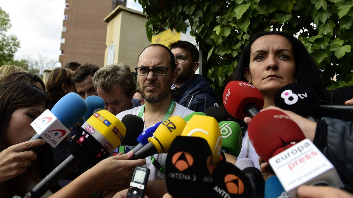Sub director of Carlos III hospital Yolanda Fuentes (R) and specialist in tropical diseases German Ramirez (L) speak to the press outside the Carlos III hospital in Madrid on October 8, 2014. (AFP)