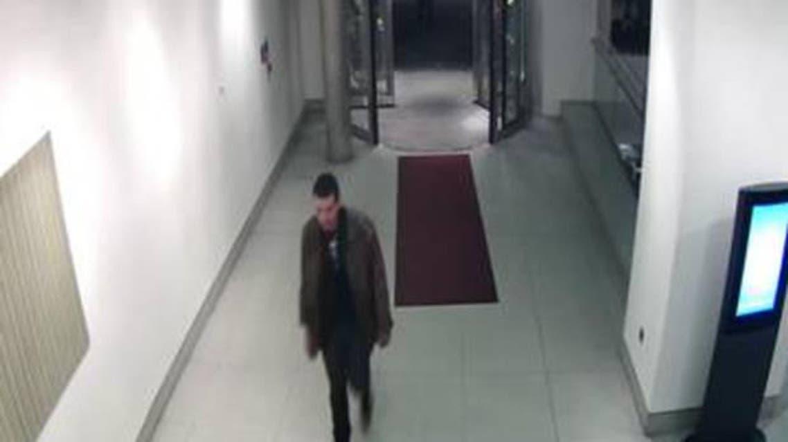 فيليب سبنس وهو يدخل الى الفندق حيث كانت الشقيقات الثلاث نزيلات