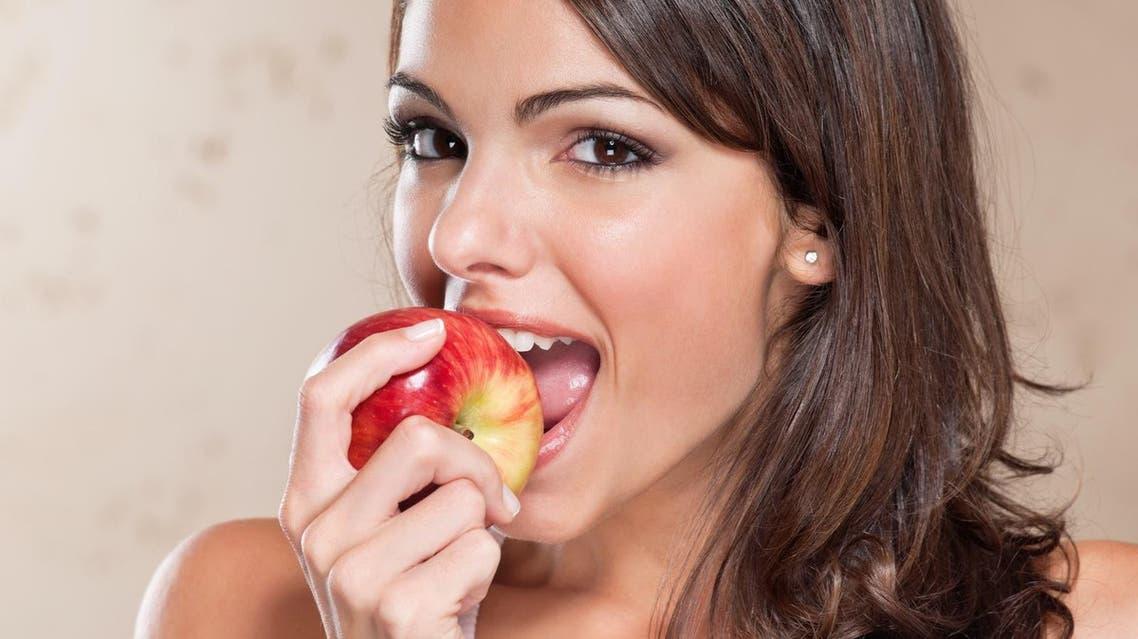 eating apple تفاح