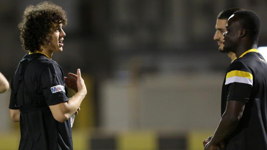 لاعب الاتحاد باجندوح يتحدث إلى زميليه ماركينهو وياكونان أثناء المران