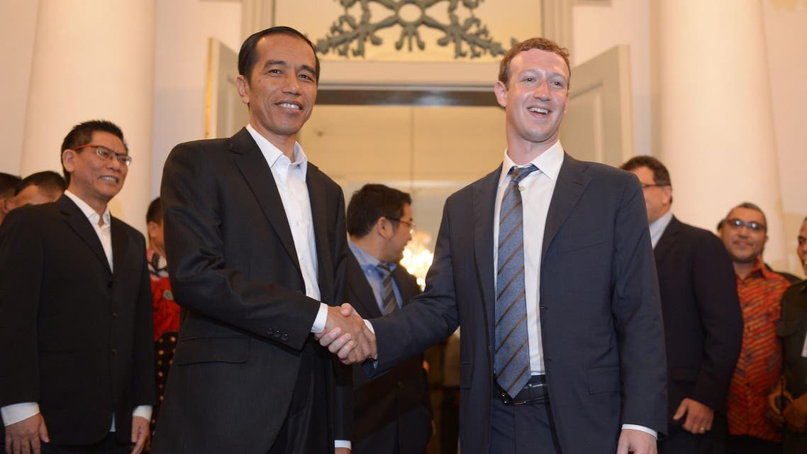 Facebook founder Mark Zuckerberg (R) shakes hand with Indonesian president-elect Joko Widodo (L) after a press conference in Jakarta on October 13, 2014. AFP