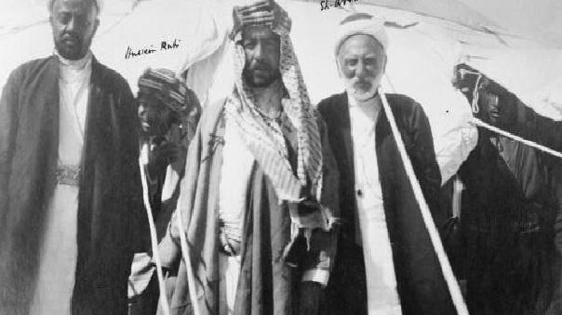 صورة قديمة لعدد من تجار جدة ويظهر الراحل سليمان قابل على يسار الصورة
