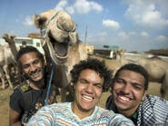 "جمل مبتسم.. يحول شباباً مصريين إلى ""نجوم"""