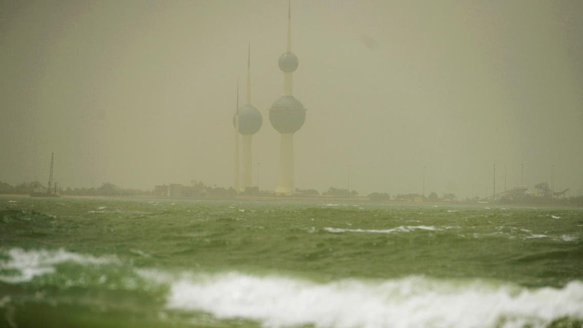 Wind speed at the harbor went beyond 25 nautical knots while visibility dropped to less than one nautical mile. (Photo courtesy: kuwaitconnect.com)