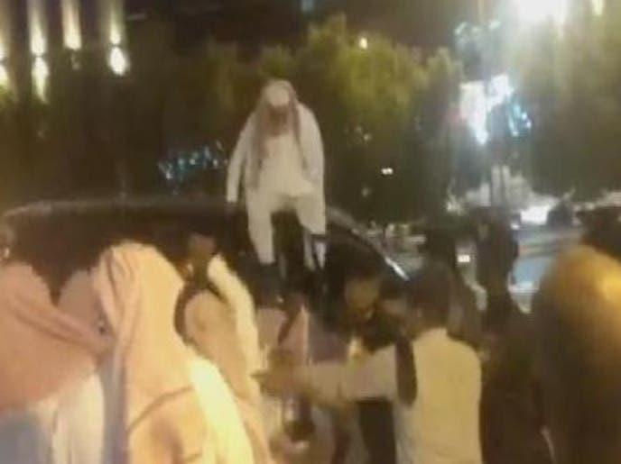 ویدیو..تلاش جوان سعودی برای فرار از دست هیات منکرات