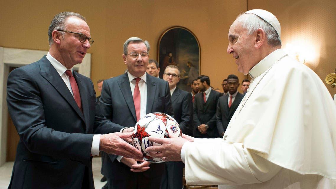 بابا الفاتيكان يتلقى كرة تذكارية من إدارة بايرن ميونيخ