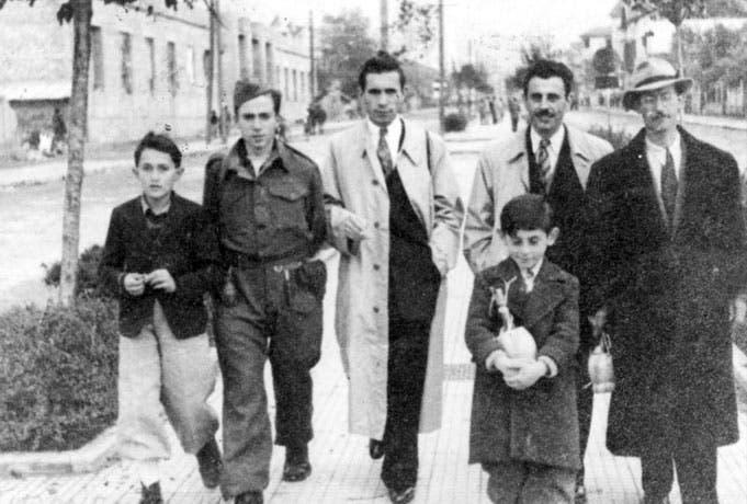 Moshe Mandil (second from right) and Refik Veseli (second from left). (Photo courtesy: yadvashem.org)