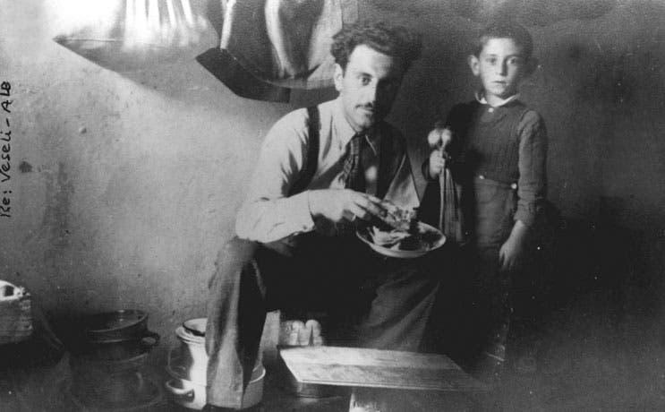 Gavra Mandil with his father in the Pristina prison. (Photo courtesy: yadvashem.org)