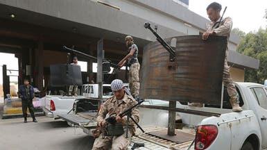 فجر ليبيا تفتش السيارات على طريق مطار طرابلس
