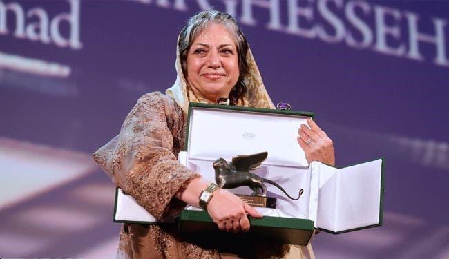 المخرجة الإيرانية رخشان بنى اعتماد تحمل جائزة مهرجان فنيسيا