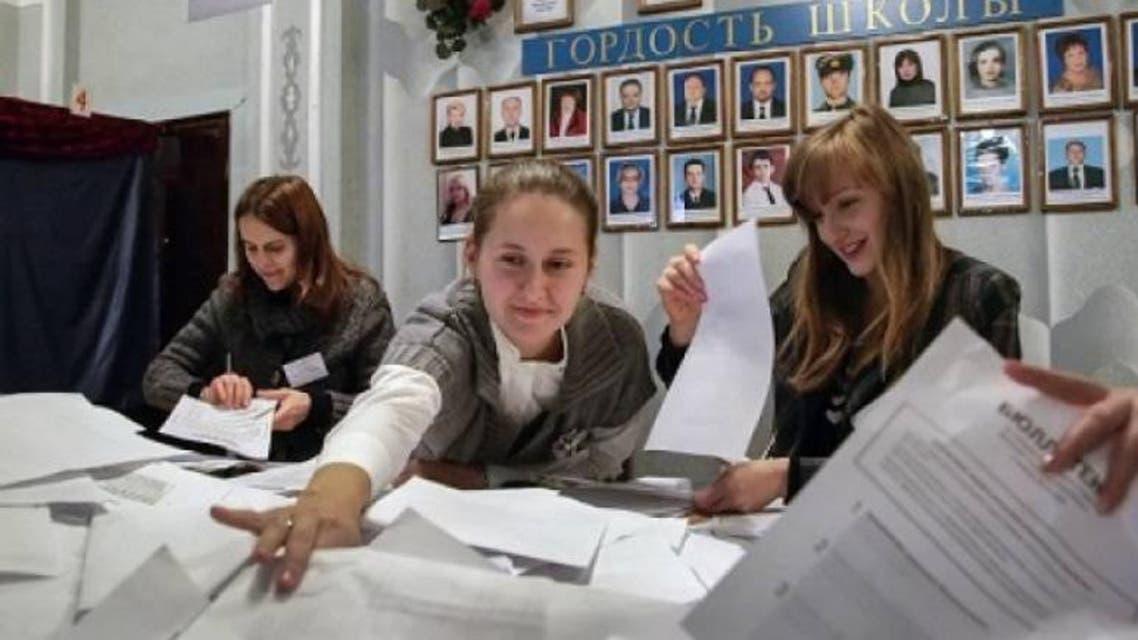 فرز الاصوات في انتخابات إقليمي دونيتسك ولوغانسك في اوكرانيا