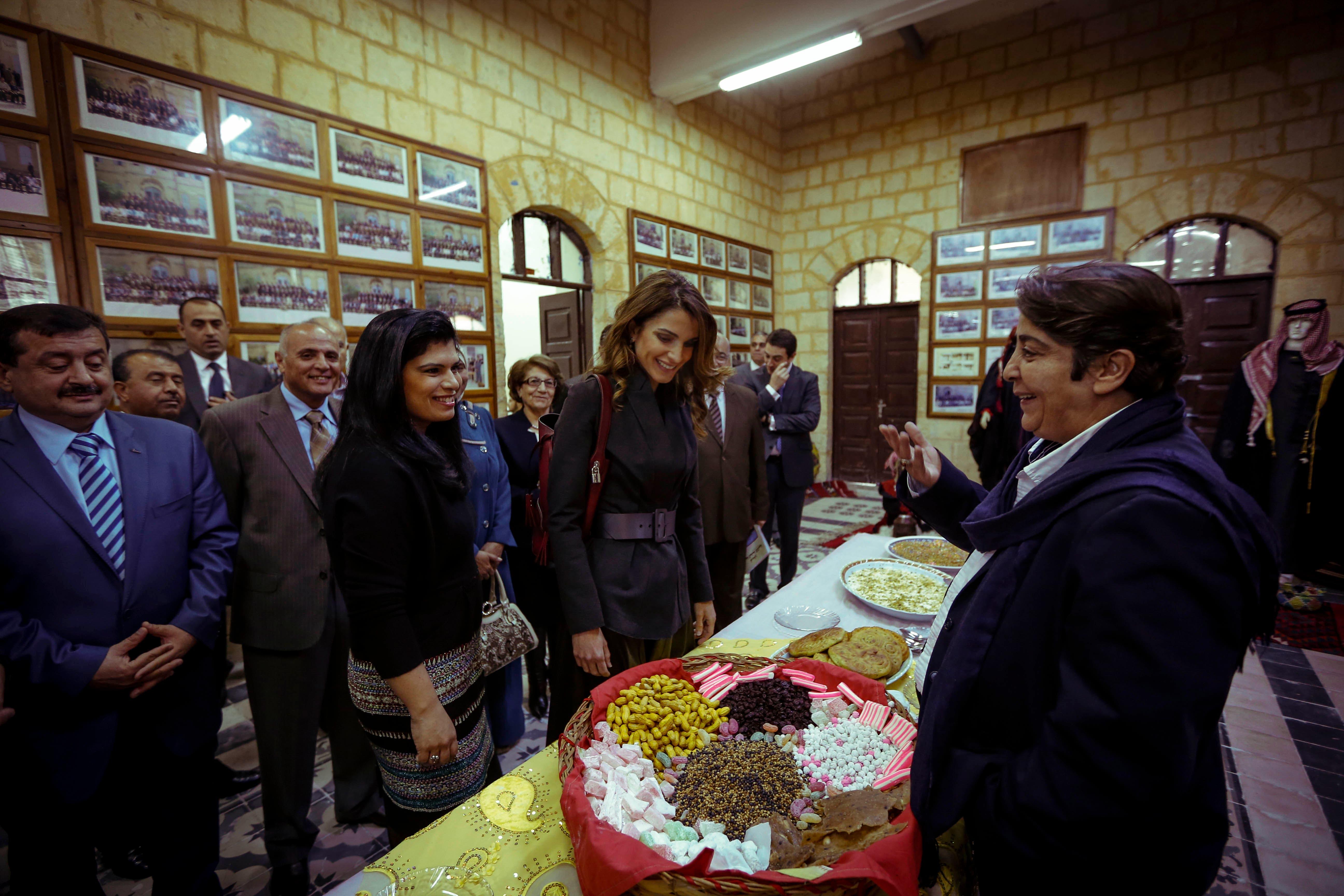 الملكة رانيا العبدالله تزور مدرسة السلط الثانوية