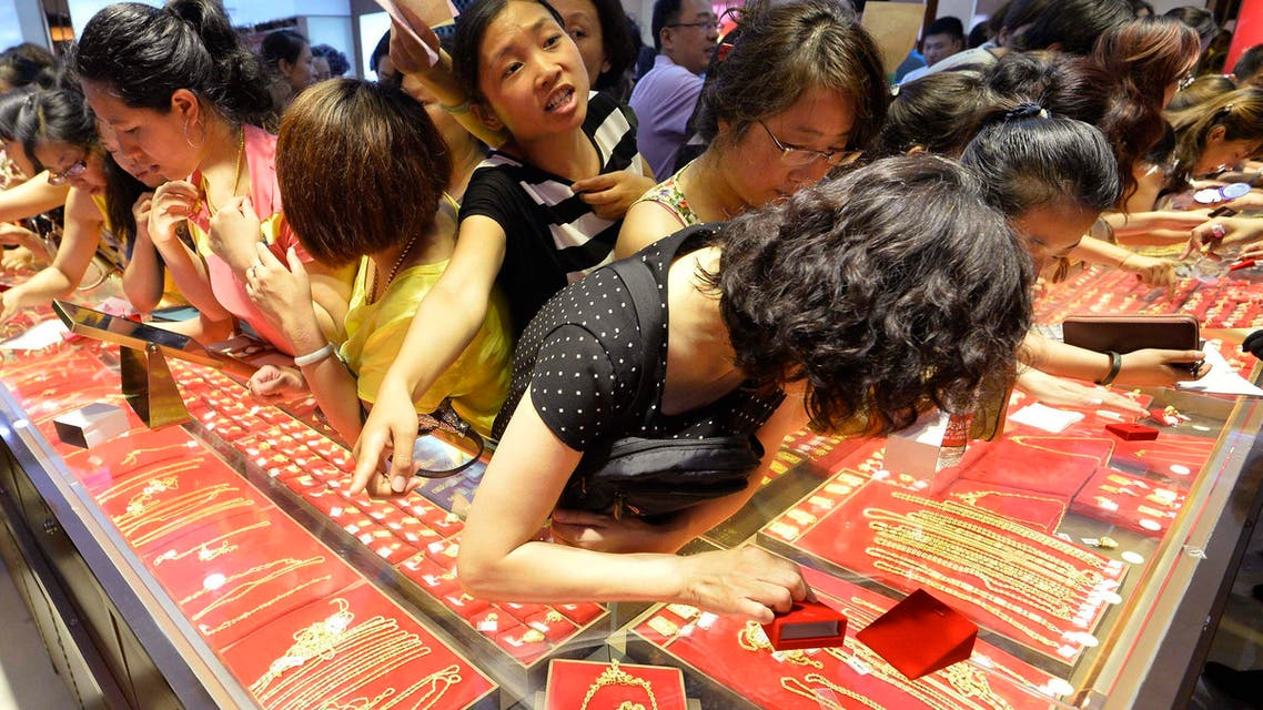 الذهب تزاحم على شراء الذهب في متجر في تايوان