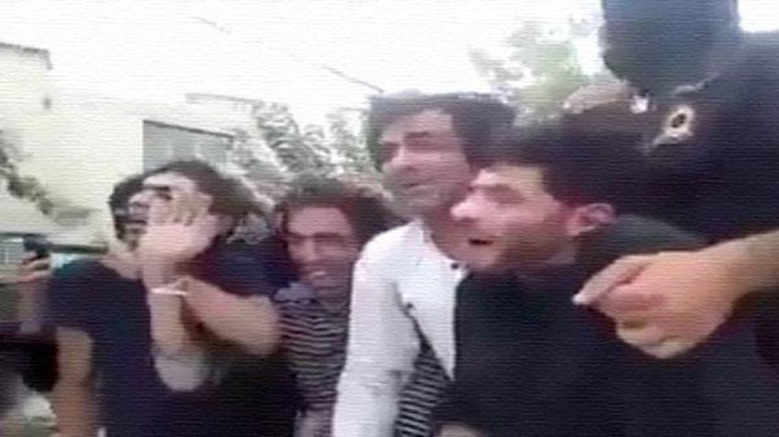 الشرطة الإيرانية تعذّب معتقلين وتطوف بهم في الشوارع