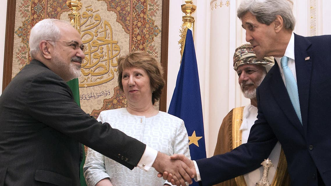 Secretary of State John Kerry (R) and Iranian Foreign Minister Javad Zarif (L) shake hands in Muscat on November 9, 2014. (AFP)