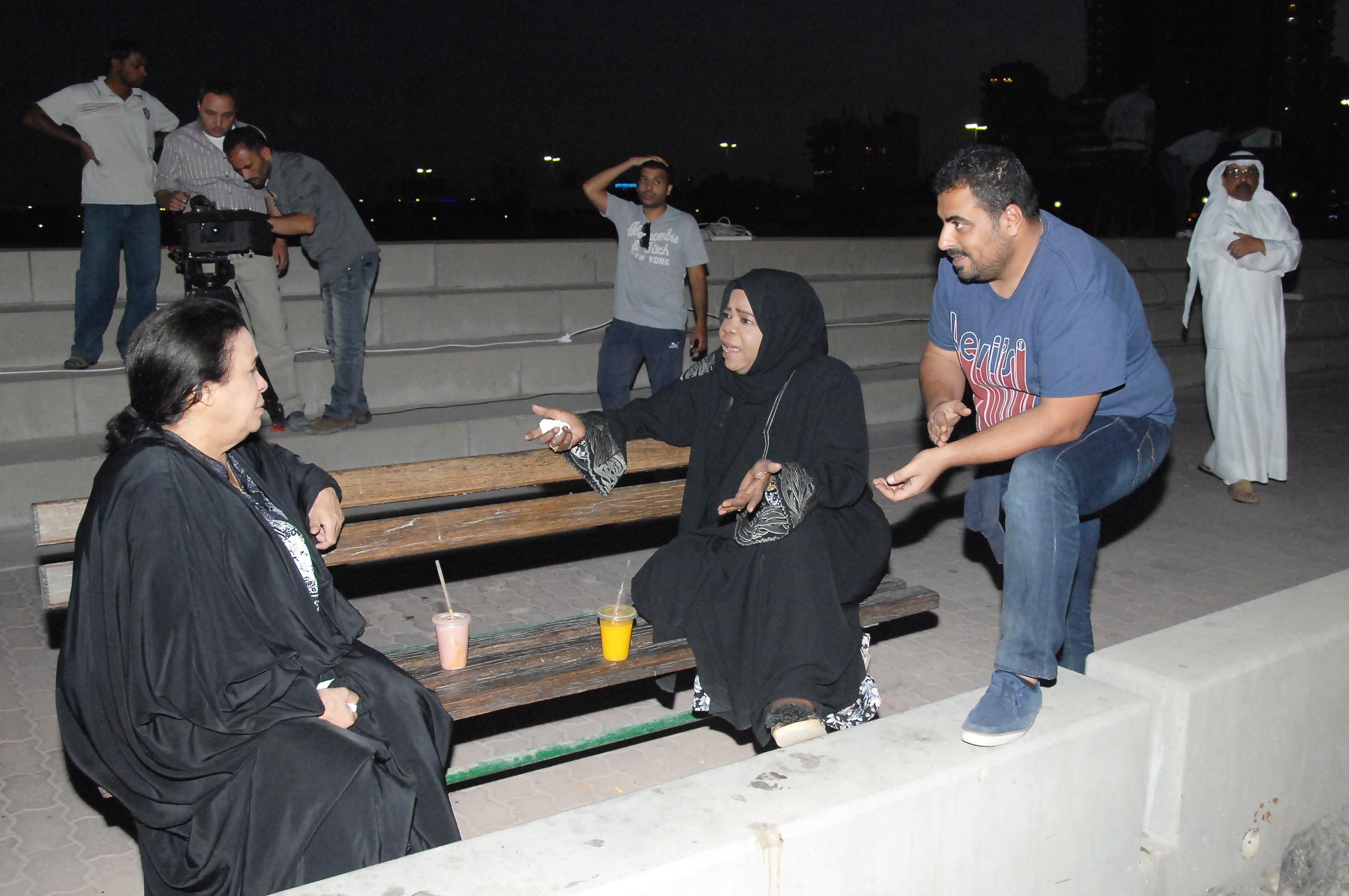 المخرج محمود الدوايمة يحضر لأحد المشاهد مع حياة الفهد وعصرية الزامل