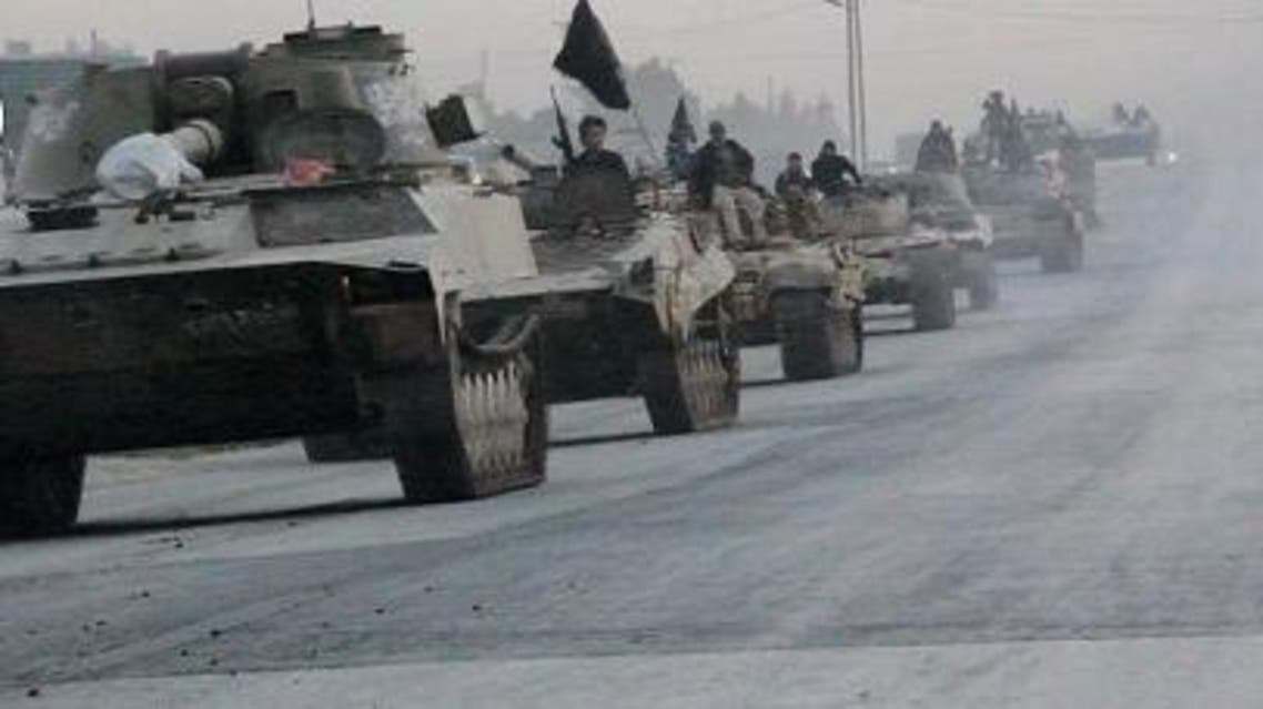 النصرة تنظم استعراضا عسكريا على طريق دمشق حلب