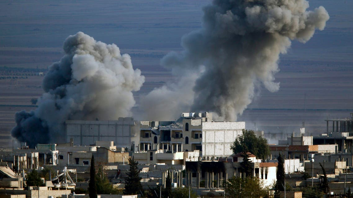 Thick smoke billows following an air-strike in eastern Kobani November 9, 2014 Picture taken from the Turkish side of the Turkish-Syrian border. REUTERS/Yannis Behrakis