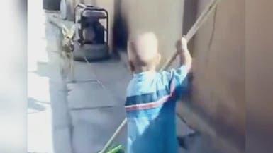 بالفيديو.. طفل يعض كلباً