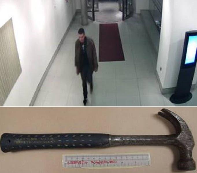 سبينس يدخل الى الفندق حيث هاجم الشقيقات بمطرقة دسها ين ثيابه وصورتها الشرطة بعد اعتقاله