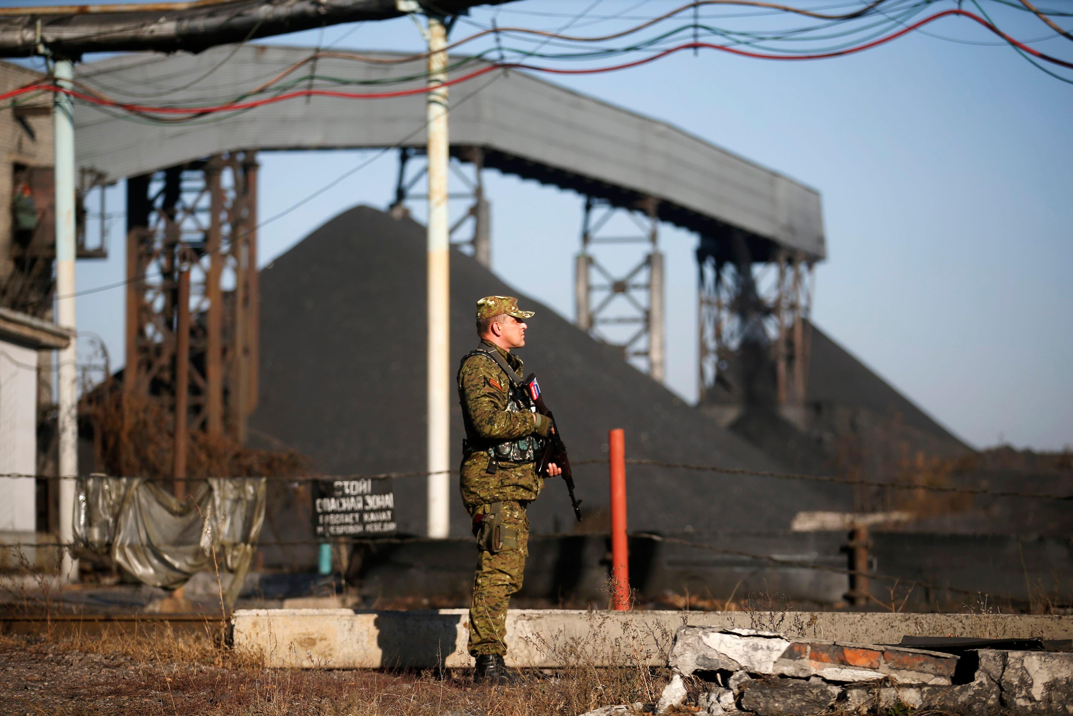 مقاتل موالٍ لروسيا في شرق أوكرانيا (فرانس برس)