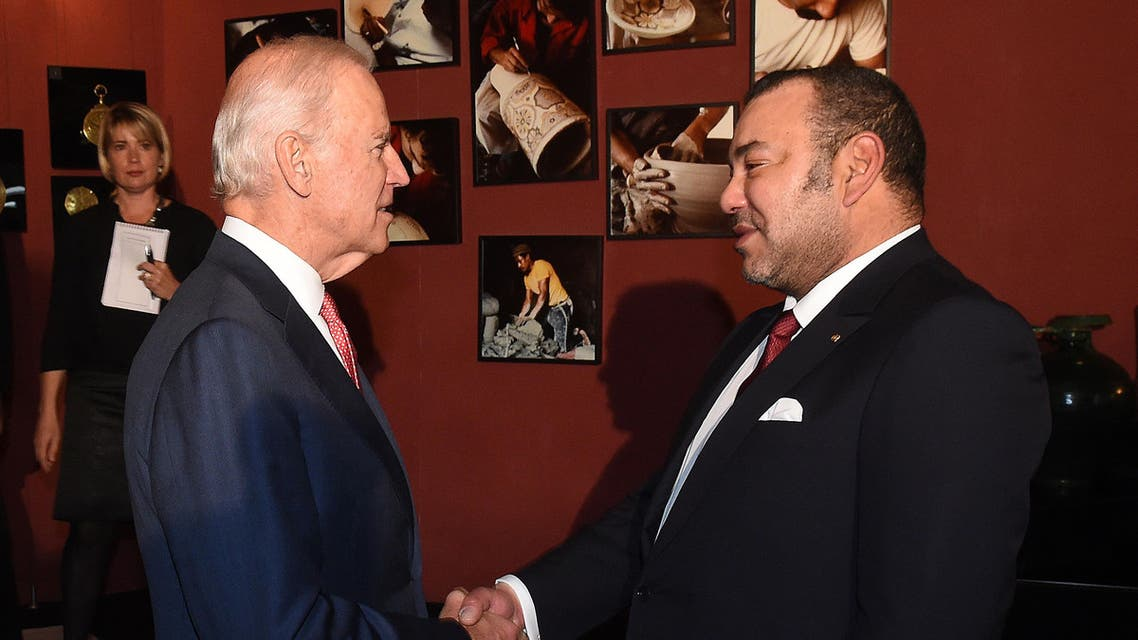 US Vice President Joe Biden (L) shakes hands with Morocco's King Mohammed VI at the royal palace in Fez on November 19, 2014.  AFP