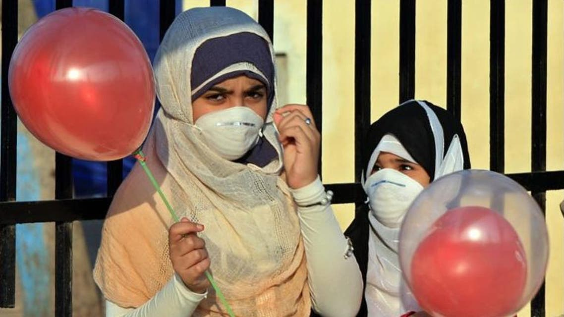Two Egyptian girls wore masks to protect against swine flu (AFP File Photo)