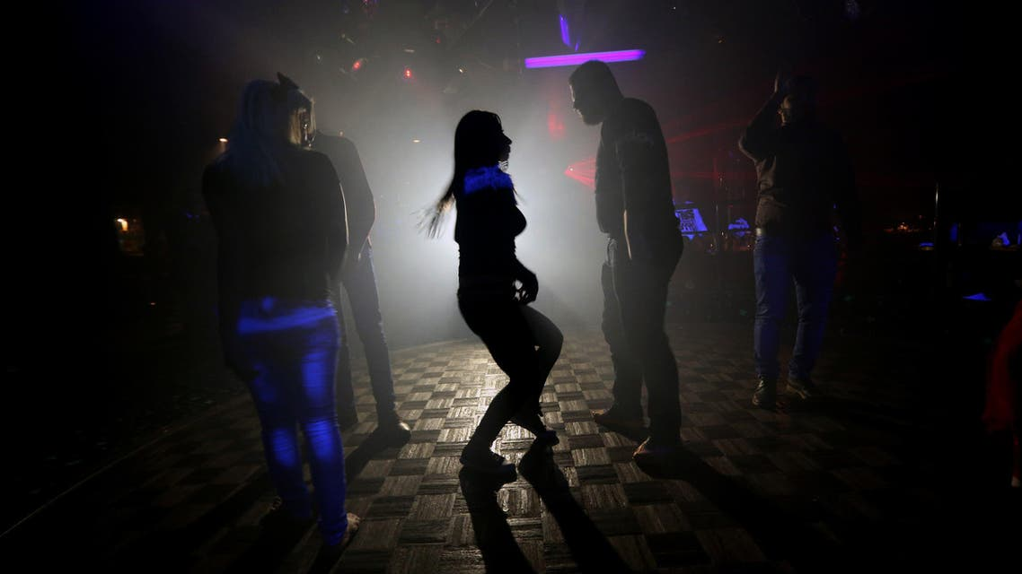 BEI3417 - Aleppo, -, SYRIA : (FILES) - A file picture taken on November 15, 2014, shows Syrians dancing at a night club in the government-controlled part of the northern city of Aleppo. AFP PHOTO/JOSEPH EID