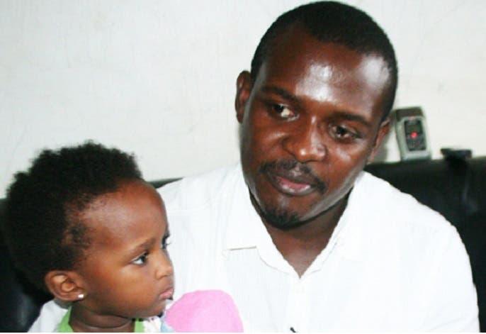 الأب كامانزي وابنته المنكل بها كاميلا في بيته بكامبالا الأحد الماضي