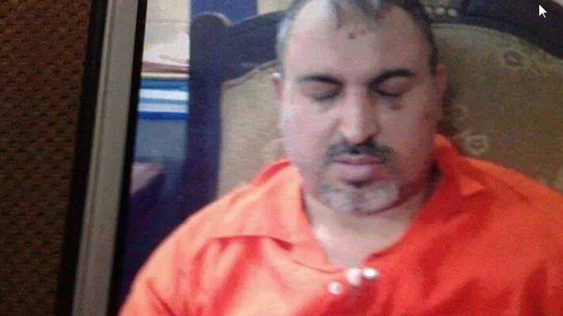 أحمد العلواني بثياب السجن في الطريق إلى المحكمة
