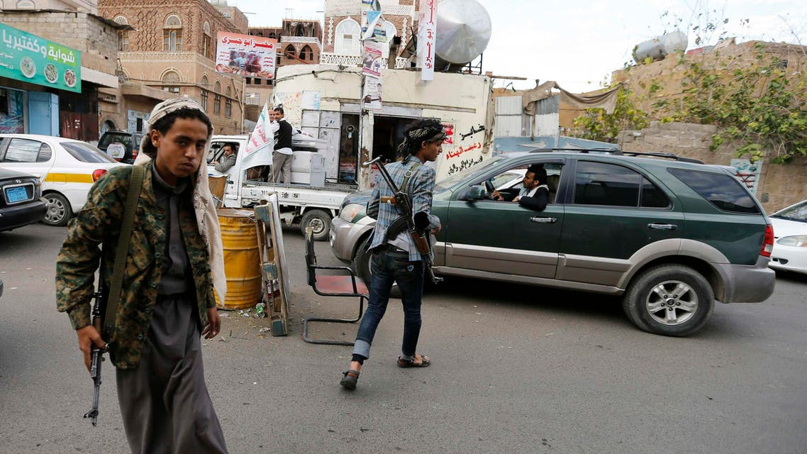 Followers of the Shi'ite Houthi group man a checkpoint on a street in Sanaa November 27, 2014. (Reuters)