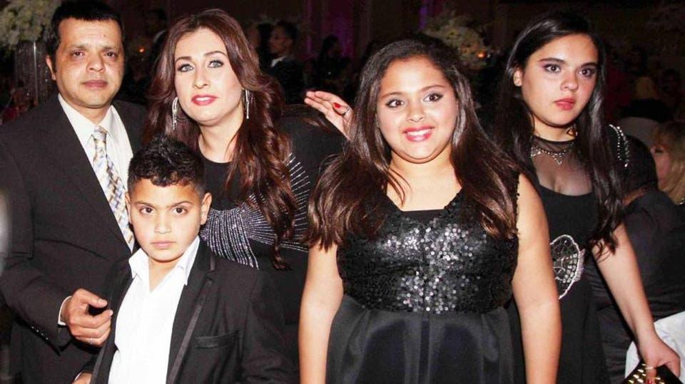 محمد هنيدي ينشر صورة زوجته وأبنائه لأول مرة